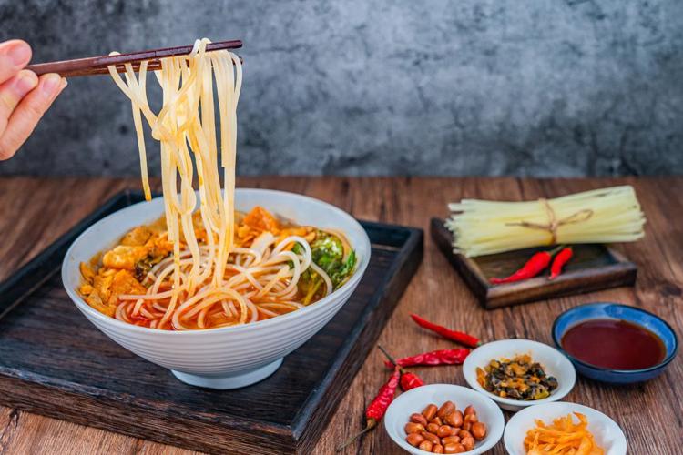 一碗米线真人优游撑起一个IPO:一年卖出3073万碗,火遍香港,创始人家族祖籍湖南